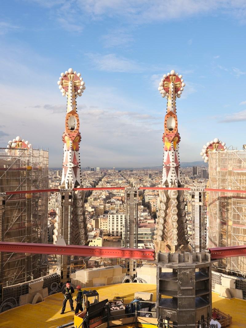 Рабочие на вершине храма Святого Семейства, одного из старейших строительных проектов в мире, в марте в Барселоне.