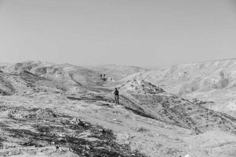31 октября курдский мужчина молится на холме возле лагеря Бардараш