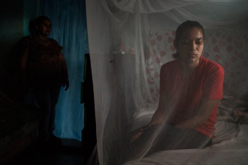Мать Хейли, Клаудия, справа, и ее бабушка Суяпа в их доме в Гондурасе.