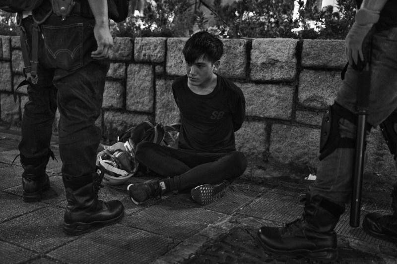 11 августа возле полицейского участка Цим Ша Цуй в Коулуне, Гонконг, арестован антиправительственный демонстрант.
