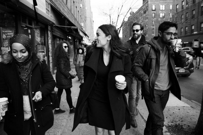 Член палаты представителей Александрия Окасио-Кортес с сотрудниками идет по 37-й авеню к своему офису в Джексон Хайтс, Квинс.