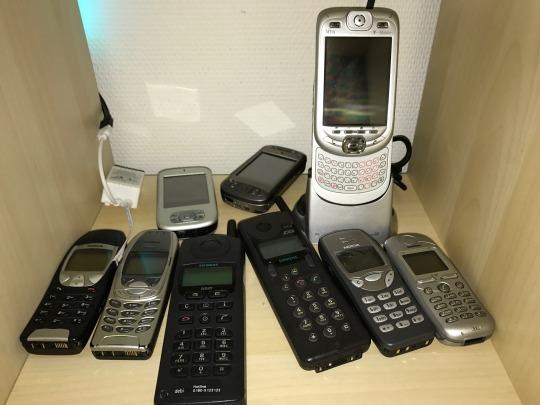 Eine Sammlung von Mobiltelefonen und Smartphones