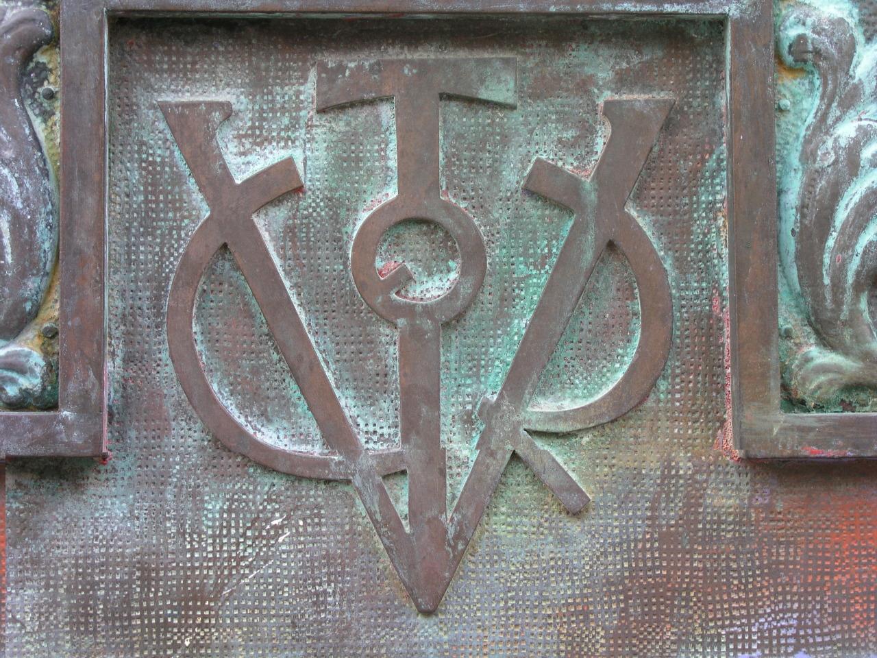 El único partido que defiende abiertamente mantener los símbolos franquistas es Vox