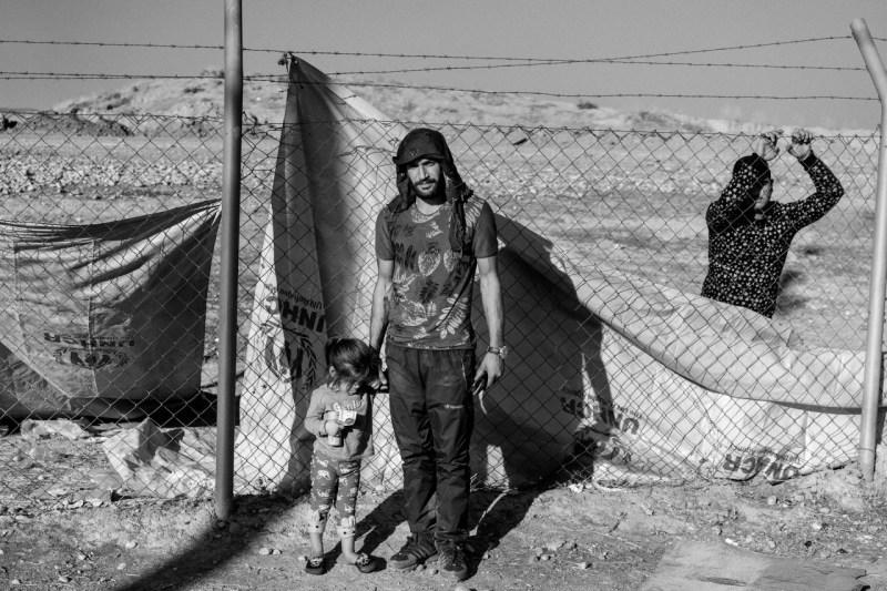 Хамза Мохаммад Хамо, 29 лет, со своей дочерью Гулистой в лагере Бардараш.  Бывший сирийский курдский боец из Кобани, он прибыл со своим трехлетним ребенком после того, как его жена ушла, чтобы присоединиться к борьбе против турецкого вторжения.