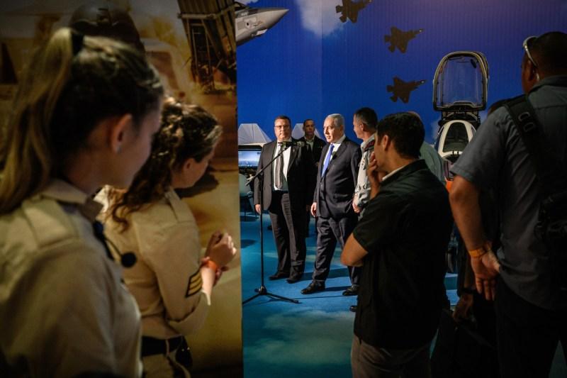 Премьер-министр Израиля Биньямин Нетаньяху открывает выставку вооруженных сил Израиля, которая является движущей силой быстро развивающегося технического сектора страны, в Иерусалиме 25 июня.