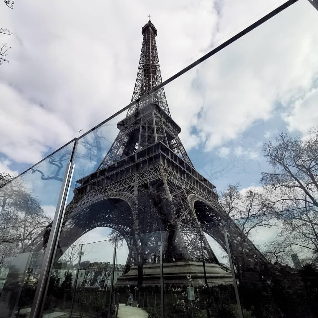 エッフェル塔の真下って、そのまま通り抜けできなくなったのね。 (Tour Eiffel - Pariis)https://www.instagram.com/p/Bvg3CxCgh95/?utm_source=ig_tumblr_share&igshid=1rnzu4evjl1gk
