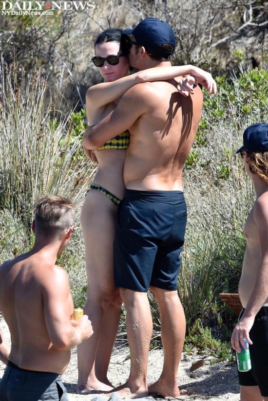 Orlando Bloom e Katy Perry abraçados em paia italiana