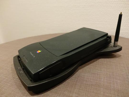 Apple Newton MessagePad 130 mit Ladeschale und Stift