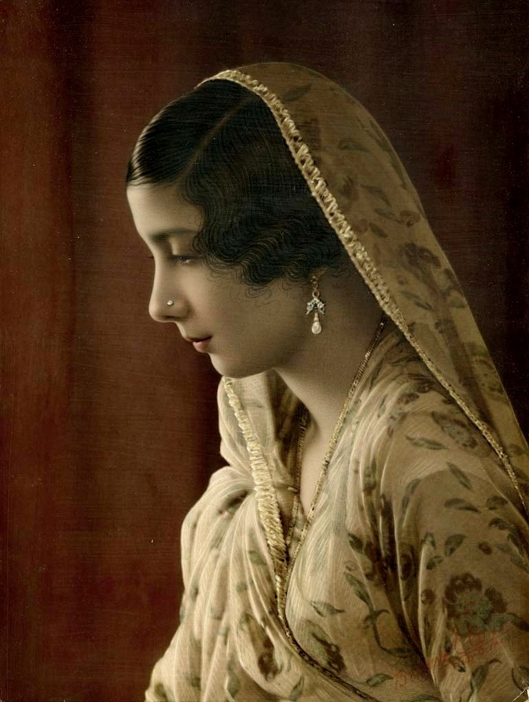 Parsi lady in the 1950s. Think the sari is chiffon. Very pretty and delicate floral details, all in all an elegant and lovely composition. Apart from a few differences like materials and the like, the Parsi sari appears to have remained relatively...