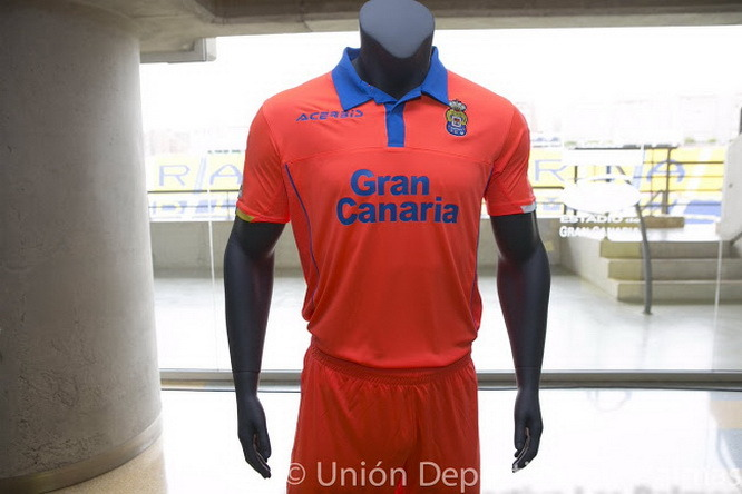 Le nouveau Maillot de foot Las Palmas pas cher Exterieur 2016/2017 jouit d'un superbe design en orange et bleu pâle. Les shorts et les chaussettes sont également orange.