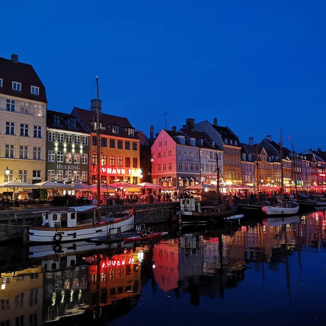 夜景を見に。 (Nyhavn, København, Denmark)https://www.instagram.com/p/Bn6vavIB-9T/?utm_source=ig_tumblr_share&igshid=1qcgk6mxozb5u