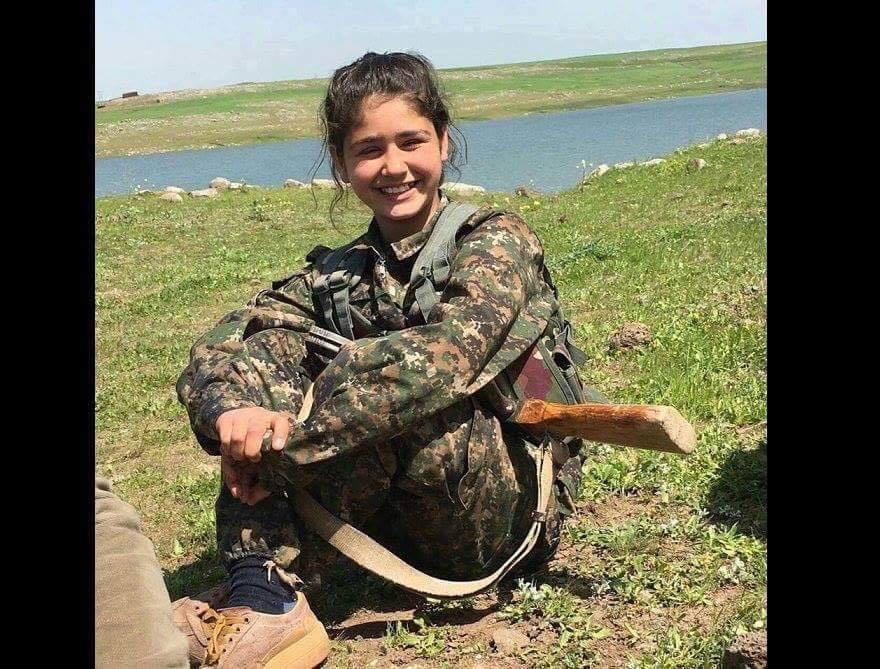 Elle avait 18 ans et combattait dans les rangs des YPJ. 🌹Ajda Nahaî🌹 a été tuée pendant la libération de Manbij. Repose en paix Lei aveva 18 anni e combatteva nei ranghi delle ypj. 🌹 ajda nahaî 🌹 è stata uccisa durante la liberazione di ierapoli....