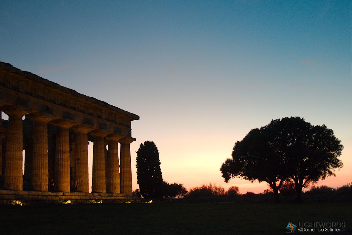 I Templi diPaestumÈ di fronte a spettacoli unici come questi, quando il Sole diventa una palla di fuoco e colora di rosso...