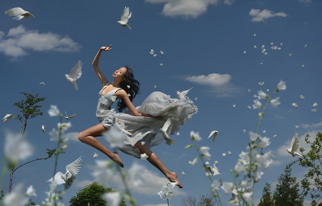 A te, amore, questo giorno lo consacro a te. Nacque azzurro, con un'ala bianca in mezzo al cielo. Giunse la luce all'immobilità dei cipressi. Esseri minuscoli sbucarono sull'orlo di una foglia o sulla chiazza del sole su una pietra. E il giorno...