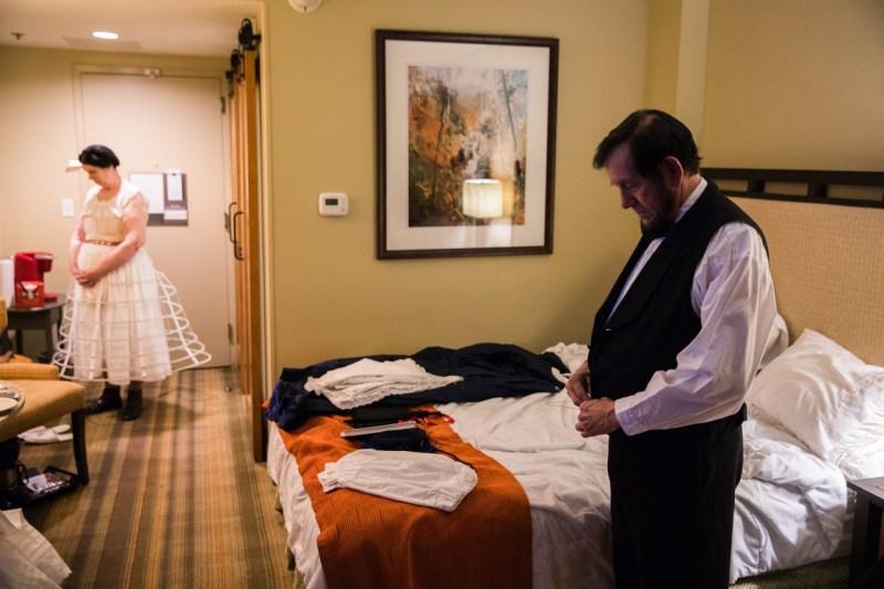 Том и Сью Райт из Оук-Риджа, штат Теннесси, которые 10 лет изображали Эйба и Мэри Линкольн, одеваются в предрассветные часы в Доусонвилле, штат Джорджия,