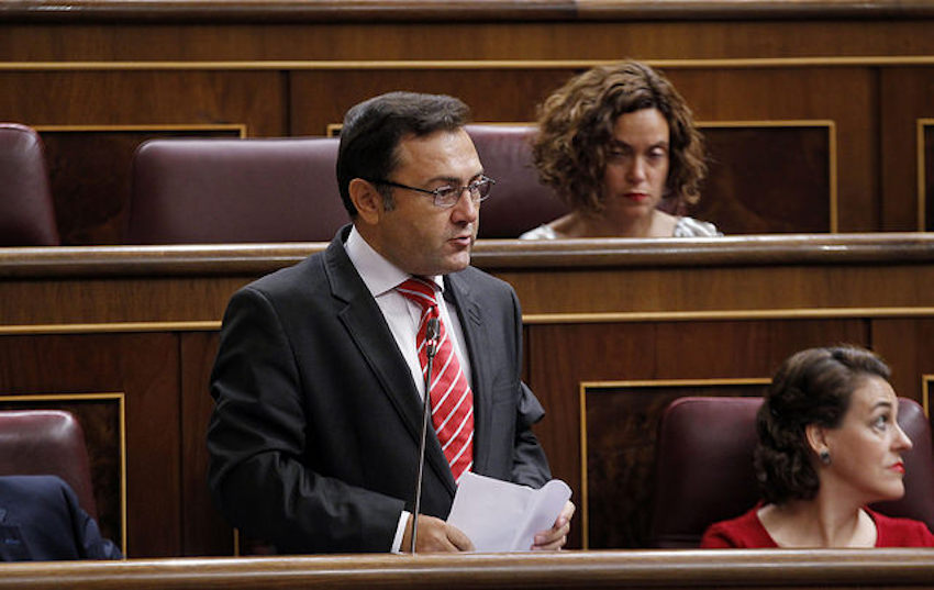 Vídeo | Un senador del PSOE le da diez euros a Vox para que inicien su recolecta para cuando les llamen ultraderecha
