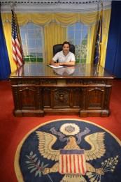 Firmando papeles antes de volver
