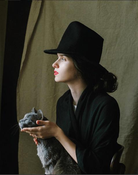 Особенно по душе пришлась эта фотография Алины @alina_palto в шляпе Your Hat Number 332. Глядя на эту фотографию хочется собрать дорожный саквояж, упаковать шляпы в деревянные коробки и на ландо отправиться в Петербург. Алина 🙏 огромное спасибо за погружение в XIX век.
