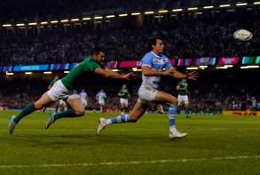 TRY DE IMHOFF. Juan Imhoff a punto de apoyar el segundo try de Los Pumas contra Irlanda en el estadio Millennium de Cardiff, Gales. (Lucía Merle / Enviada Especial)