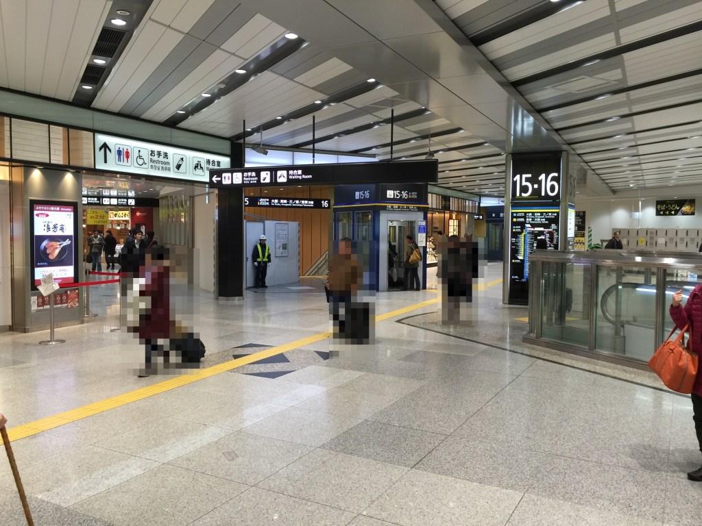 15・16番線です。どの電車に乗っても次は大阪駅で止まります