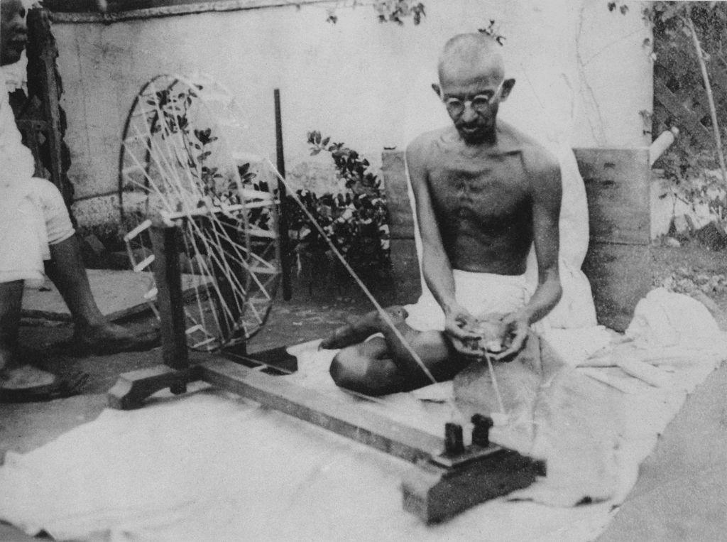 インドの糸車を廻すガンディー
