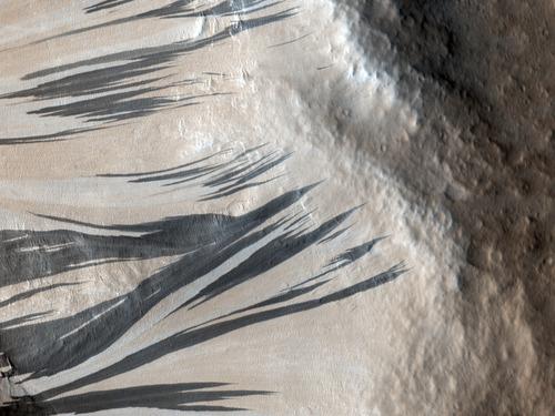 Resultado de imagen para líneas oscuras que aparecen en Marte durante las estaciones cálidas