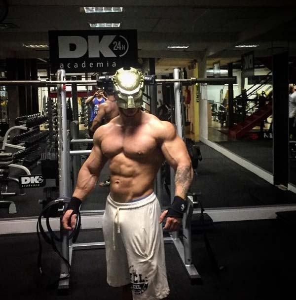 leo stronda pau marcando shor academia bodybuilder
