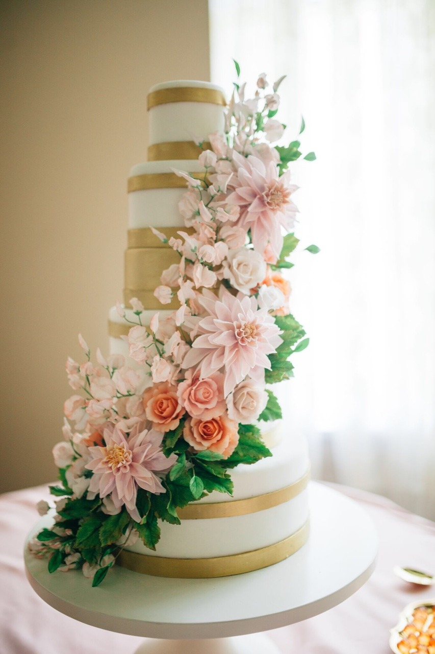 Sugar Flower Cafe Au Lait Dahlia Wedding Cake #weddingcake #sugarflowercake #mischiefmakercakes #themischiefmaker #luxury #luxuryweddingcake #peachweddingcake #blushweddingcake #sugarflowers