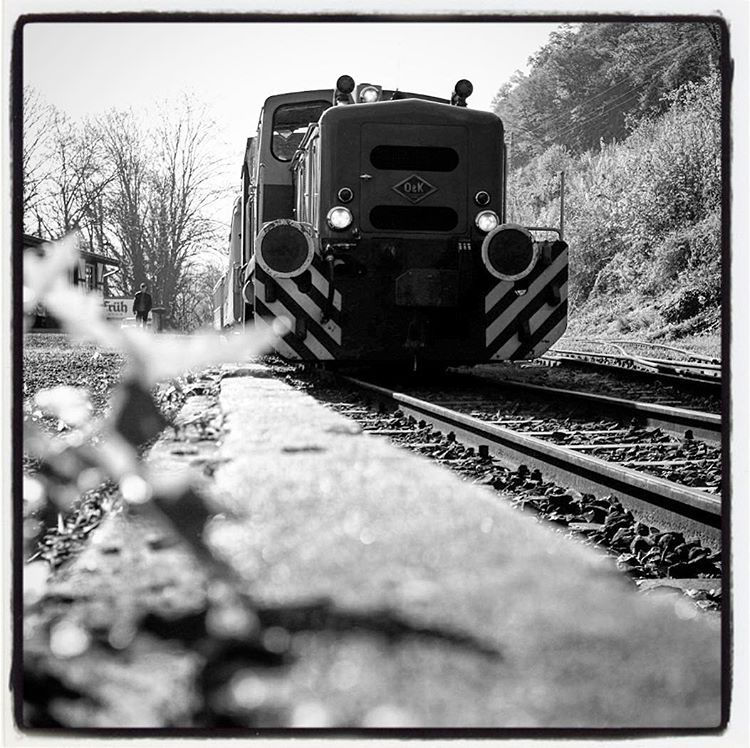 Vulkan-Express, Eifel. #photooftheday #onephotoaday #photography #photographerslife #fujix100t #monochrome #bwphotography #blackandwhite #blackandwhitephotography #streetart #streetlife #streetstyle #streetphotography #train #zug #trainspotting #gleise #machine #railway #lok #diesellok #lokomotive #locomotive #eifel #eifelexpress #vulkanexpress #brohltal #brohl #vulkaneifel #bittekeineblumenpflücken (hier: Vulkan-Express)