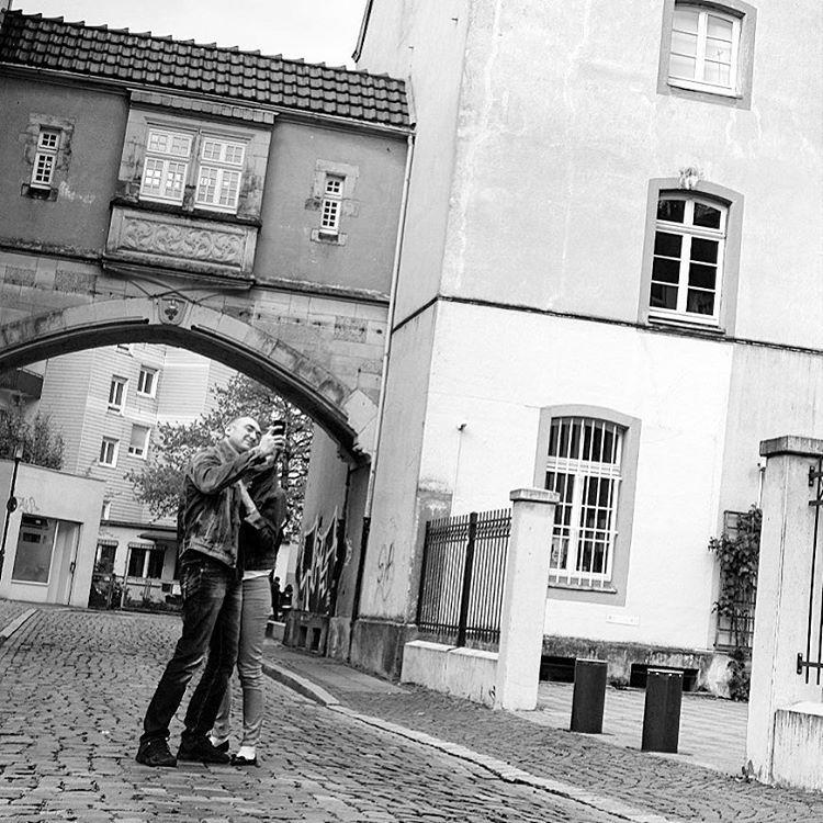 Couple Selfie#onephotoaday #photooftheday #photography #fujix100t #people #peoplephotography #portrait #portraitphotography #couple #love #romantic #walk #liebe #liebefeld #swfotografie #blackandwhite #blackandwhitephotography #monochrome #schwarzweiß #streetart #streetlife #streetstyle #streetphotography #architektur #architecture #architekturfotografie #architecturephotography #bielefeld #owl (hier: Bielefeld, Germany)