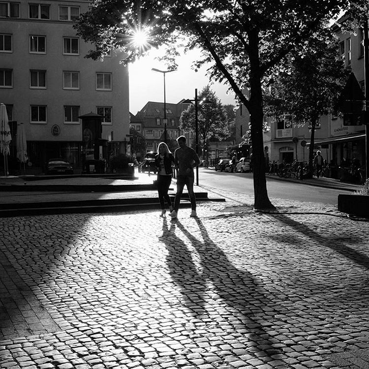 Klosterplatz, Bielefeld. Ostwestfalendamm, Bielefeld. #onephotoaday #photooftheday #photography #fujix100t #people #peoplephotography #portrait #portraitphotography #klosterplatzbielefeld #couple #love #romantic #walk #liebe #liebefeld #swfotografie #blackandwhite #blackandwhitephotography #monochrome #schwarzweiß #streetart #streetlife #streetstyle #streetphotography #architektur #architecture #architekturfotografie #architecturephotography #bielefeld #owl (hier: Klosterplatz)