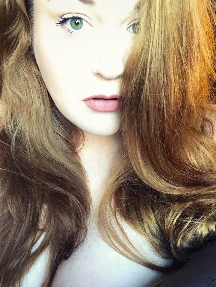 SexySteph1988 has green eyes and auburn tresses