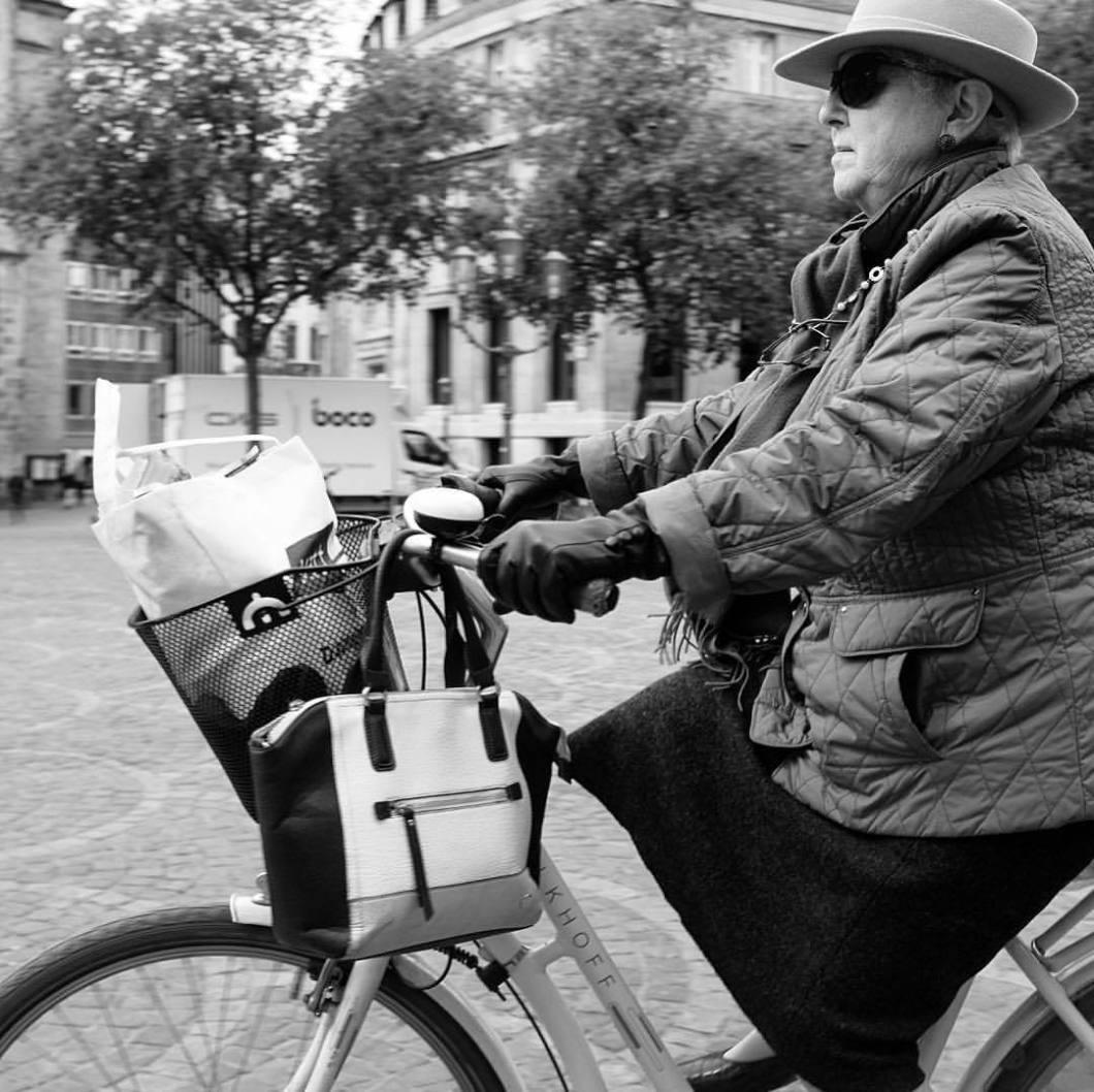 Bicycle Lady, Bonn. #photooftheday #onephotoaday #photography #photographerslife #monochrome #bwphotography #blackandwhite #blackandwhitephotography #schwarzweiß #streetart #streetstyle #streetlife #streetphotography #people #peoplephotography #social #socialphotography #lady #frau #woman #fahrrad #bike #bicycle #bonn #rheinland #nrw (hier: Bonn, Germany)