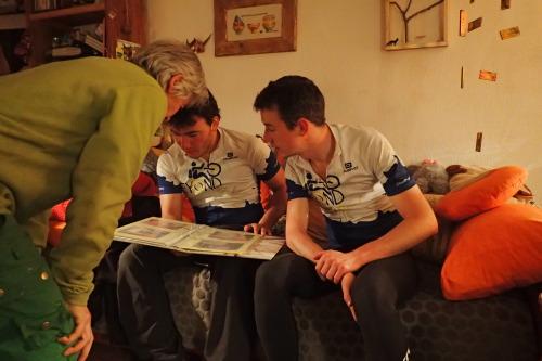 Chantal nous montre l'album photo des précédents cyclo-randonneurs qui sont passés