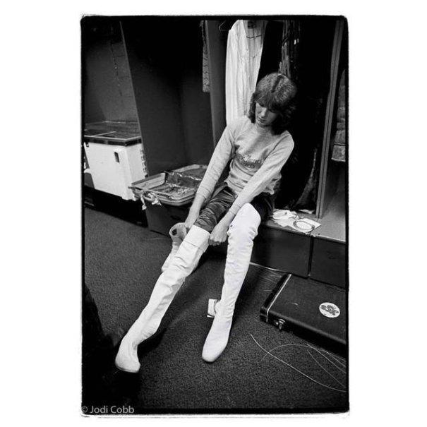 Chris Squire, backstage, 1974 Photographer: Jodi Cobb(via