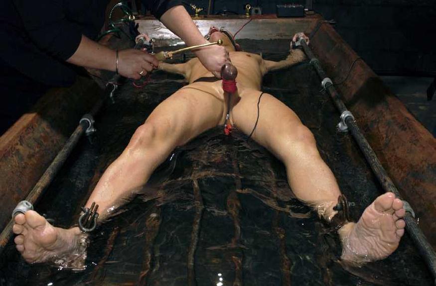 Мужики мучают девушку скрепками, эротические игры нового поколения