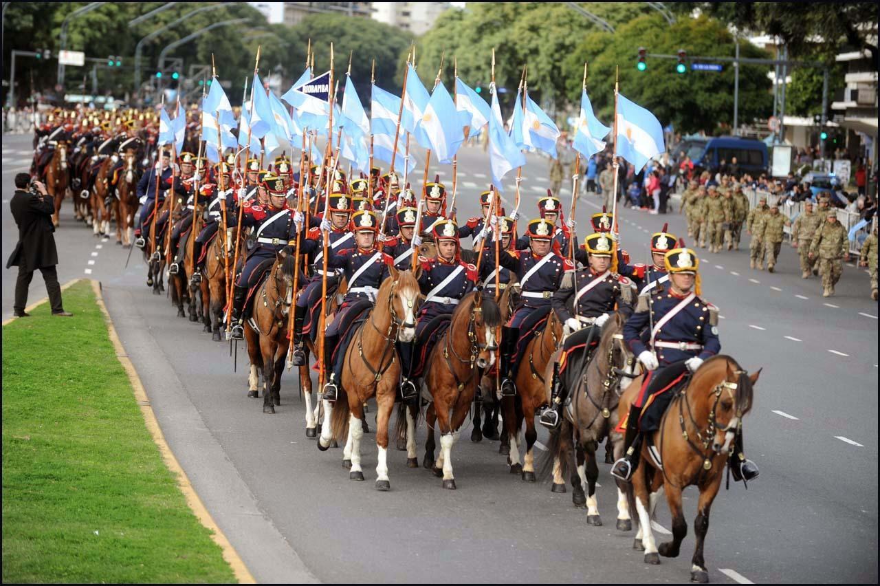 Desfile por el 207º aniversario de la Revolución de Mayo Más de seis mil efectivos de las Fuerzas Armadas y 20 aviones participan del desfile militar en el barrio porteño de Palermo, en el marco de la celebración por el 207° aniversario de la...