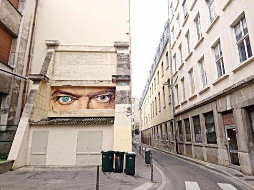 street-art-lyon:  Dans les yeux de David Bowie !Artiste : Big Ben street artPage Facebook : http://ift.tt/1QH4yWLLieu : rue neyret ( Lyon 1er ) http://ift.tt/2fbtbNH