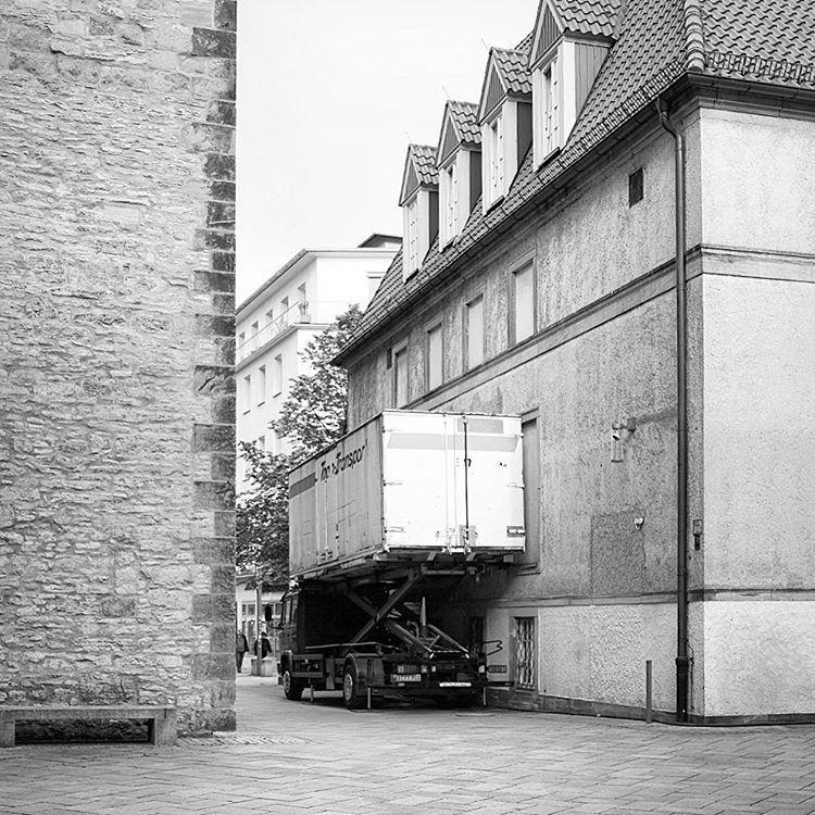 An der Altstädter Nicolaikirche, Bielefeld. #onephotoaday #photooftheday #photography #fujix100t #swfotografie #blackandwhite #blackandwhitephotography #monochrome #schwarzweiß #streetart #streetlife #streetstyle #streetphotography #architektur #architecture #architekturfotografie #architecturephotography #bielefeld #owl #altstädternikolaikirche #lkw #lieferung #theater (hier: Altstädter Nicolaikirche)