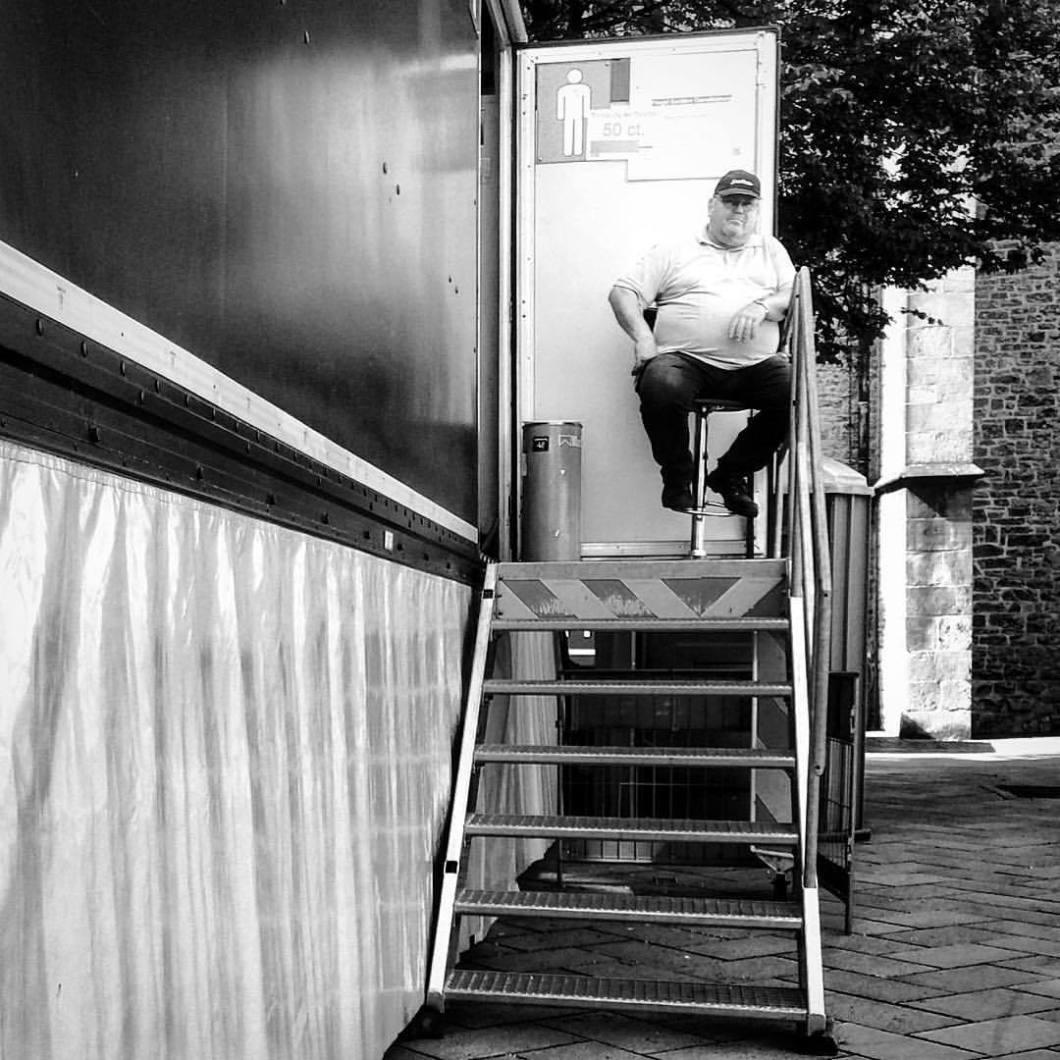 Läuft. Leinewebermarkt, Bielefeld 2017.#photooftheday #onephotoaday #photography #bwphotography #blackandwhite #blackandwhitephotography #monochrome #people #social #peoplephotography #socialphotography #streetphotography #streetart #streetstyle #streetlife #toilet #wc #business #businessguy #fat #bierbauch #bielefeld #leinewebermarkt2017 #leineweber #leineweber2017 (hier: Leineweber)