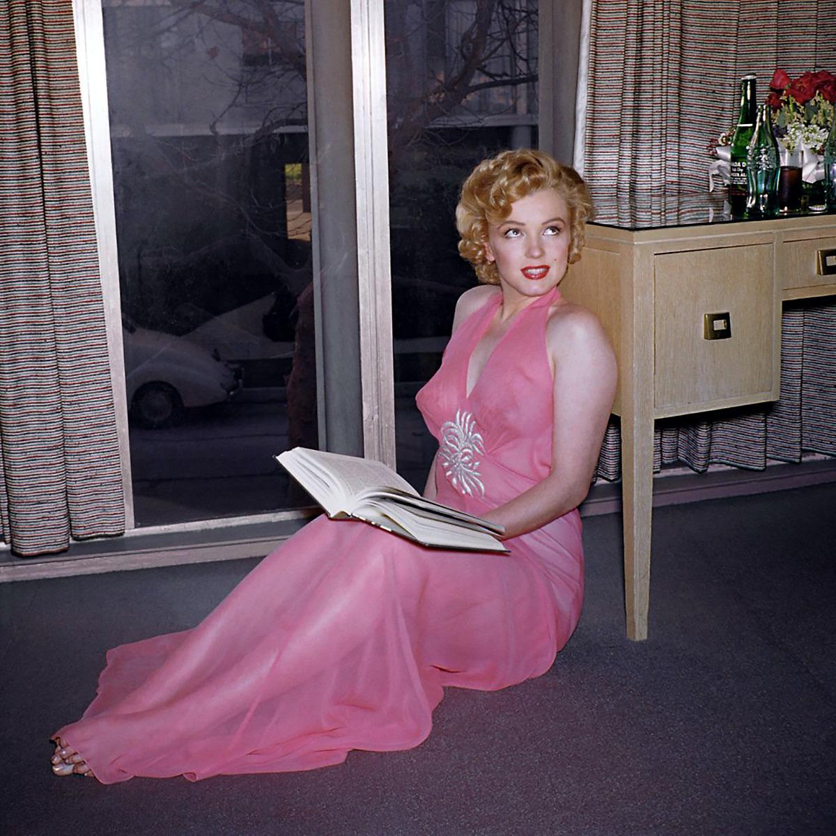 Marilyn Monroe Reads.