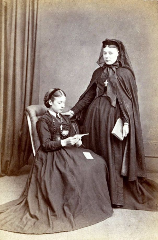 ad84102f134f16 51 graceful photos of Victorian widows in mourning dresses from between the  1850s and 1870s.