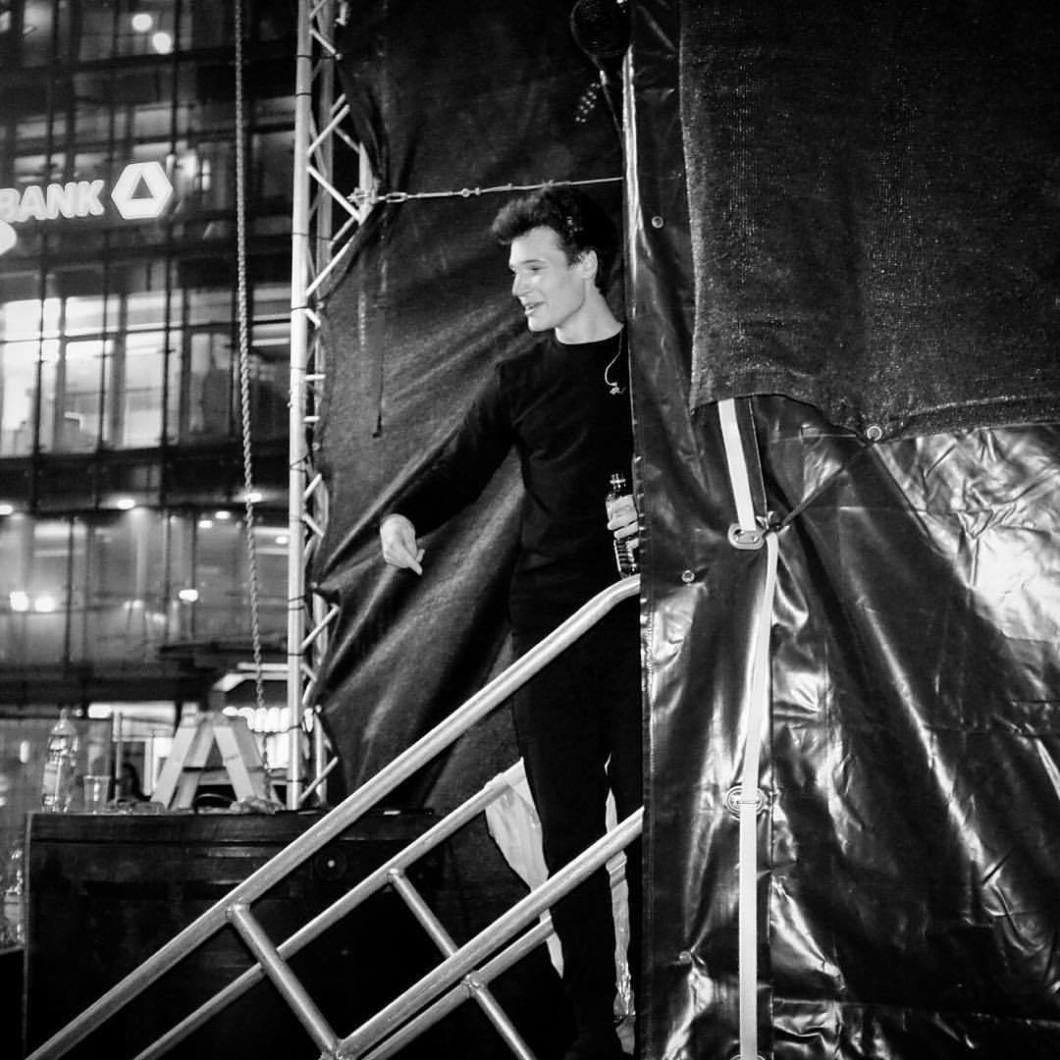 Wincent Weiss, Bielefeld, 2017.#wincentweiss #photooftheday #onephotoaday #photography #bwphotography #blackandwhite #blackandwhitephotography #monochrome #flash #flashphotography #music #concert #inconcert #groupie #backstage #onstage #live #bielefeld #leinewebermarkt2017 #bielefeldjetzt (hier: Jahnplatz)