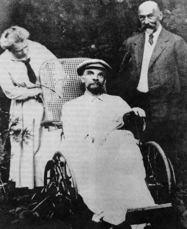 75afd5a01eca61 One of the last photos of Vladimir Lenin. He was wheelchair… – History