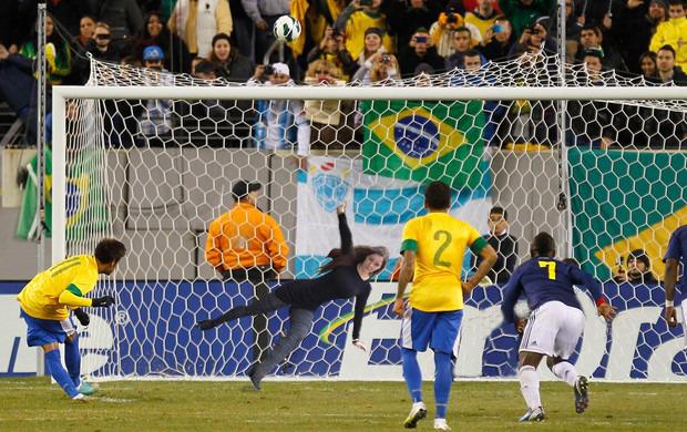 Quase que a Nana pega o pênalti que o Neymar isolou contra a Colômbia,