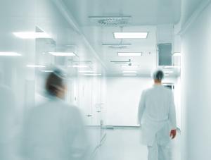 Lekarze idący szpitalnym korytarzem