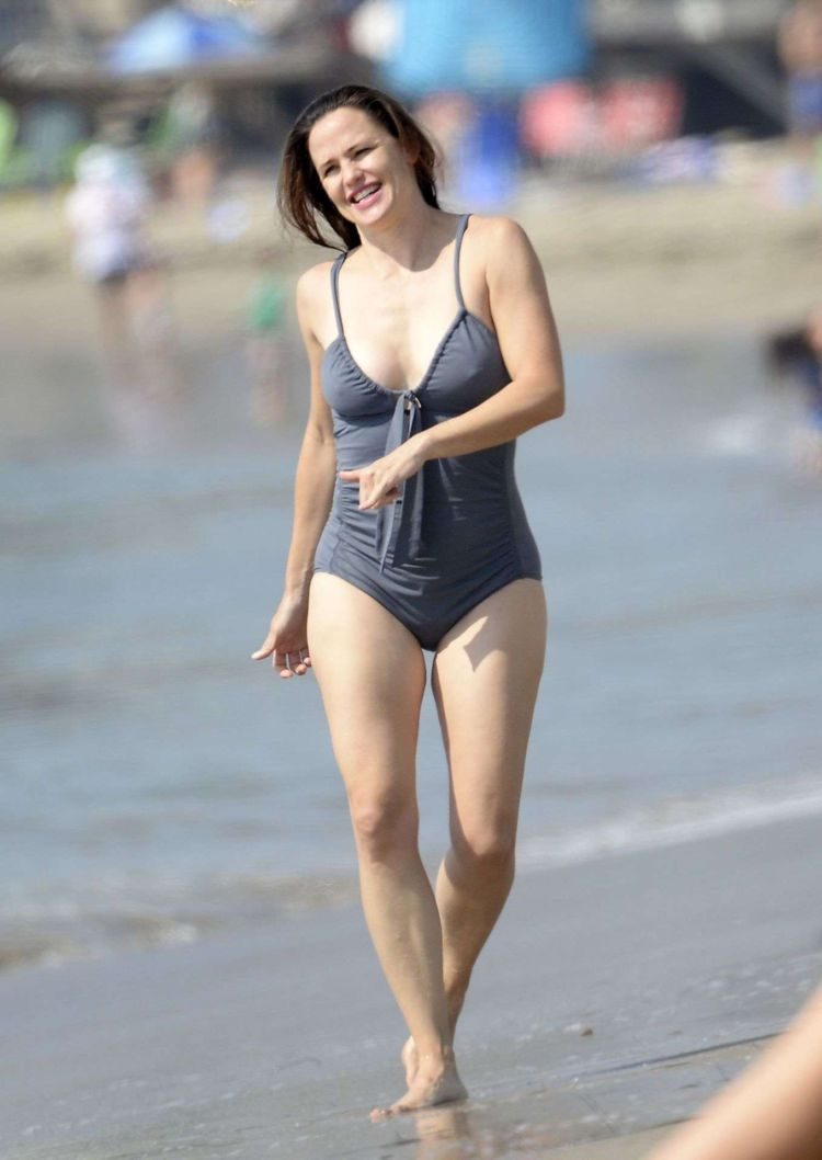 Jennifer Garner Vacationing In A Swimsuit At The Beach In Los Angeles