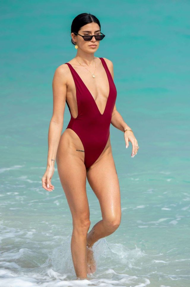 Beautiful Nicole Williams In A Swimsuit At The Beach In Miami