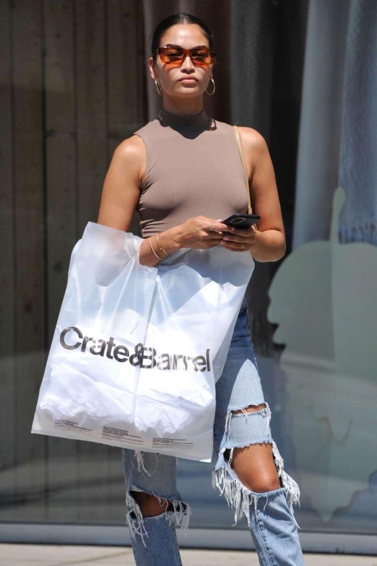 Stunning Shanina Shaik Shopping In Torn Jeans In Beverly Hills