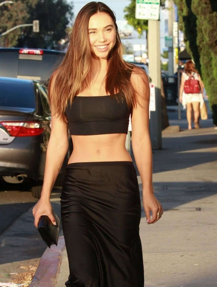 Beautiful Alexis Ren Out At Revolve In West Hollywood